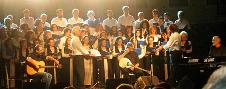 Ο Βασίλης Λέκκας με τη χορωδία του Κέντρου Πολιτισμού